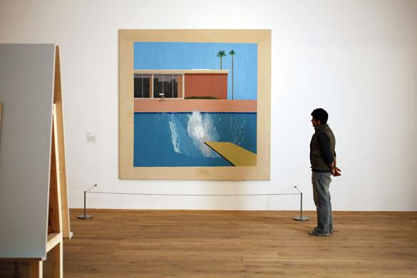 Visitor-looks-at-A-Bigger-Splash-Hockney-1967-Via-Guardian